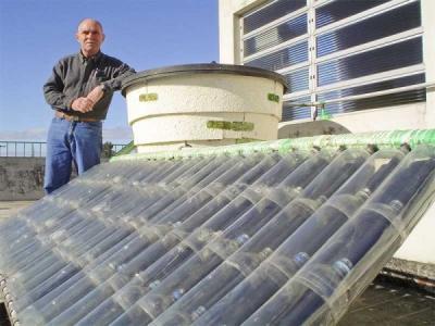 Apa calda de la soare, sistem improvizat din sticle de plastic