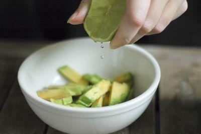 Cum sa pastrezi culoarea verde la avocado